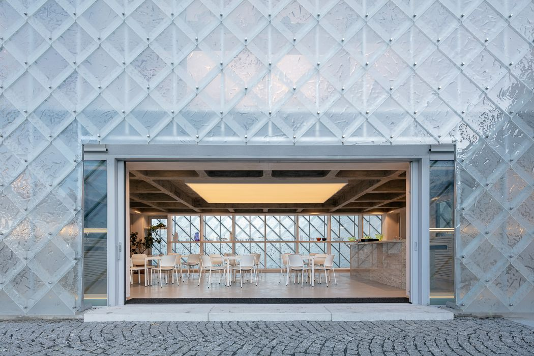 Obrázek v galerii pro LASVIT glass headquarters winner of the Dezeen Awards 2020