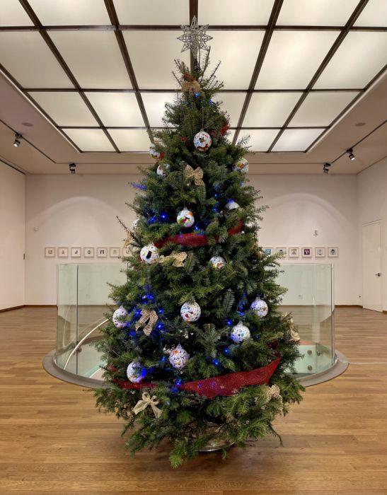 Obrázek v galerii pro Jak se skleněné vánoční ozdoby dostaly z Železného Brodu až do New Yorku?